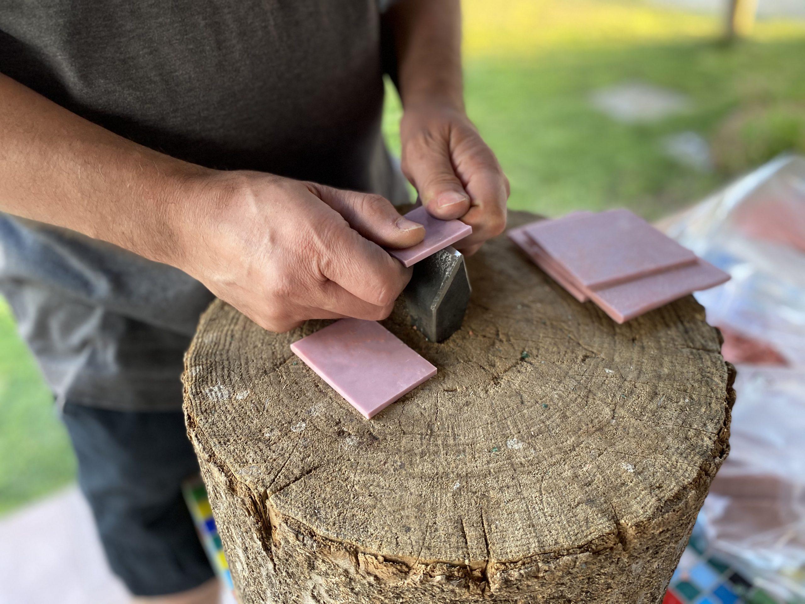 artigiano usa la taglierina per mosaico con smalti veneziani morassutti